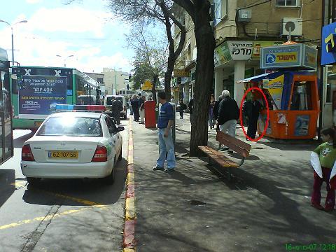 מכונית משטרה מפריע לאוטובוס בתחנה