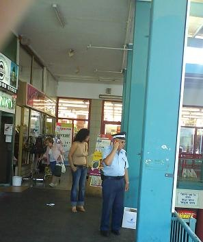 policeman-shopping-1